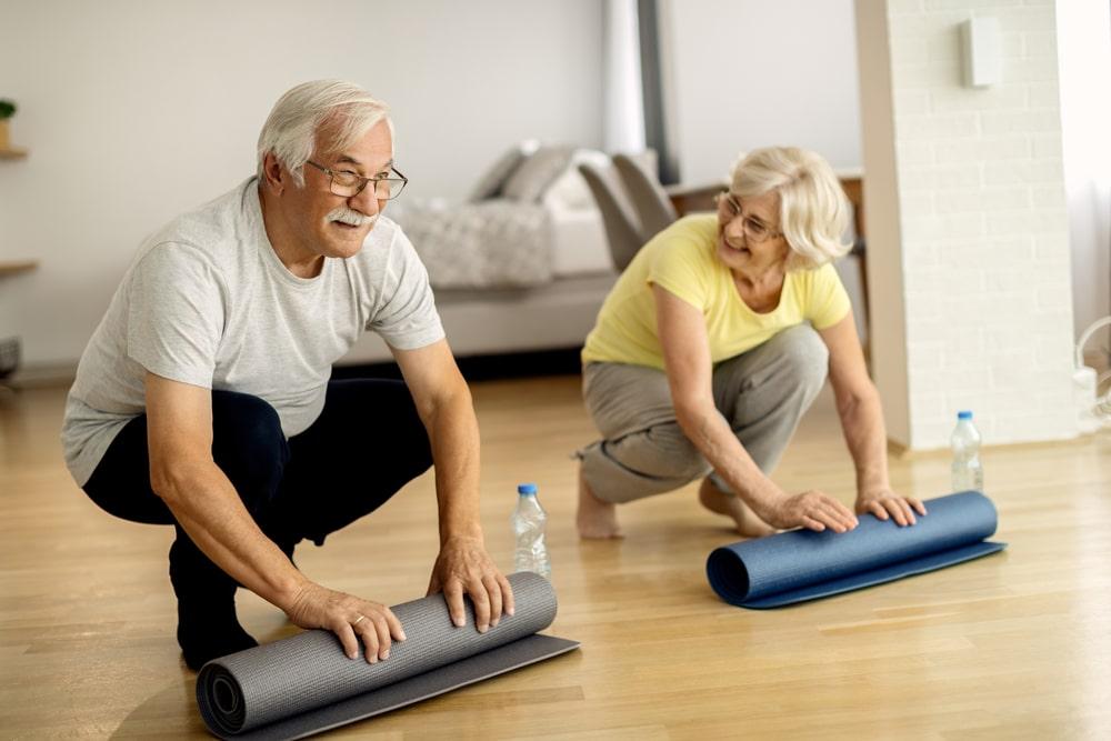 Senior che si preparano per attività fisica in casa
