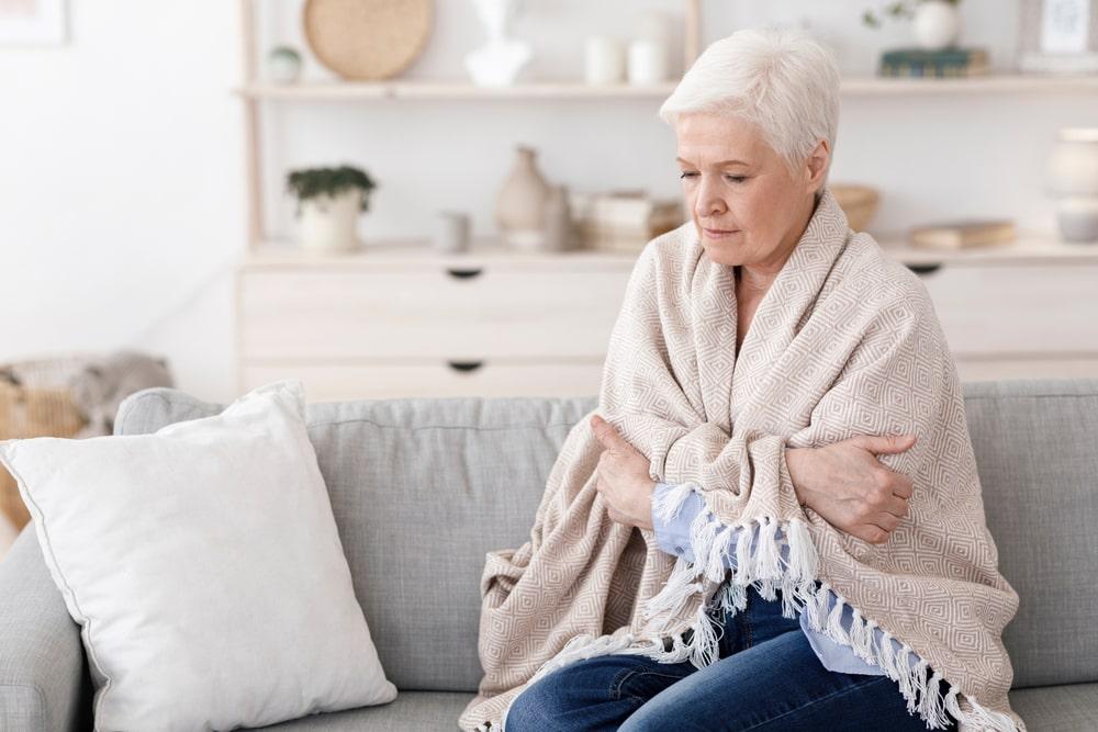 Donna senior che soffre il freddo