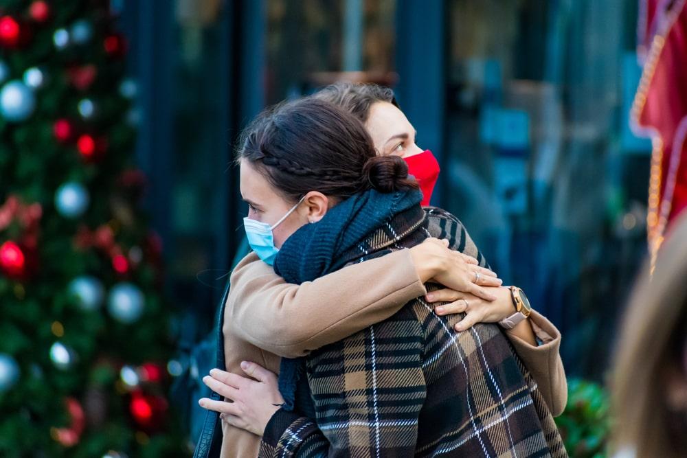 Gente che si abbraccia a Natale
