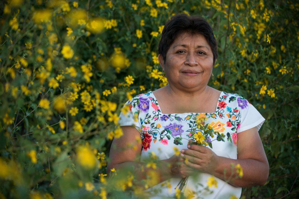 Leydy Pech con fiori in mano