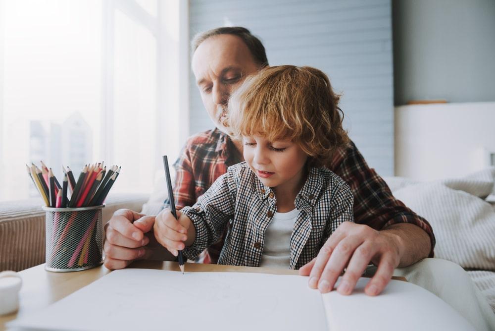 Nonno e nipote colorano insieme