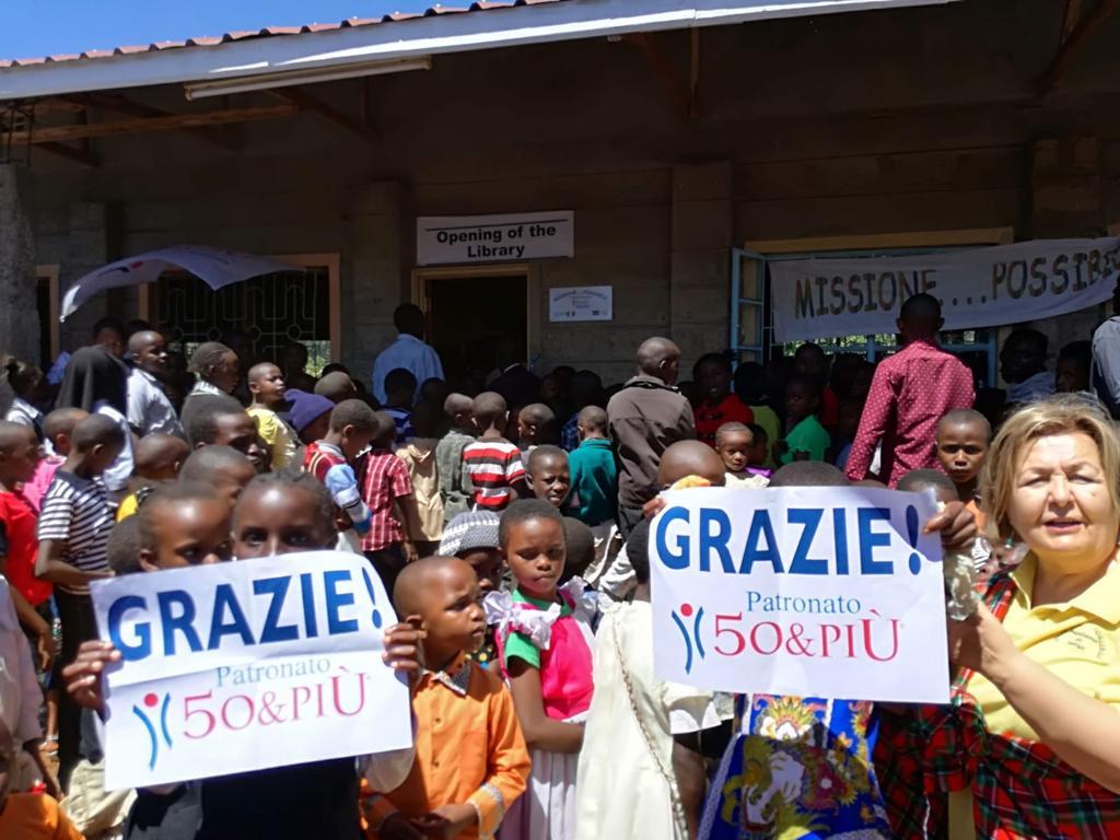 Bambini davanti alla biblioteca aperta grazie a 50&Più Pescara in Kenia