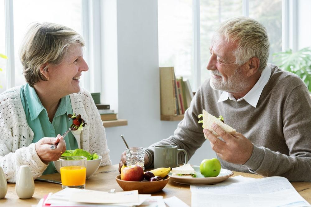 Senior che fanno un pranzo salutare insieme