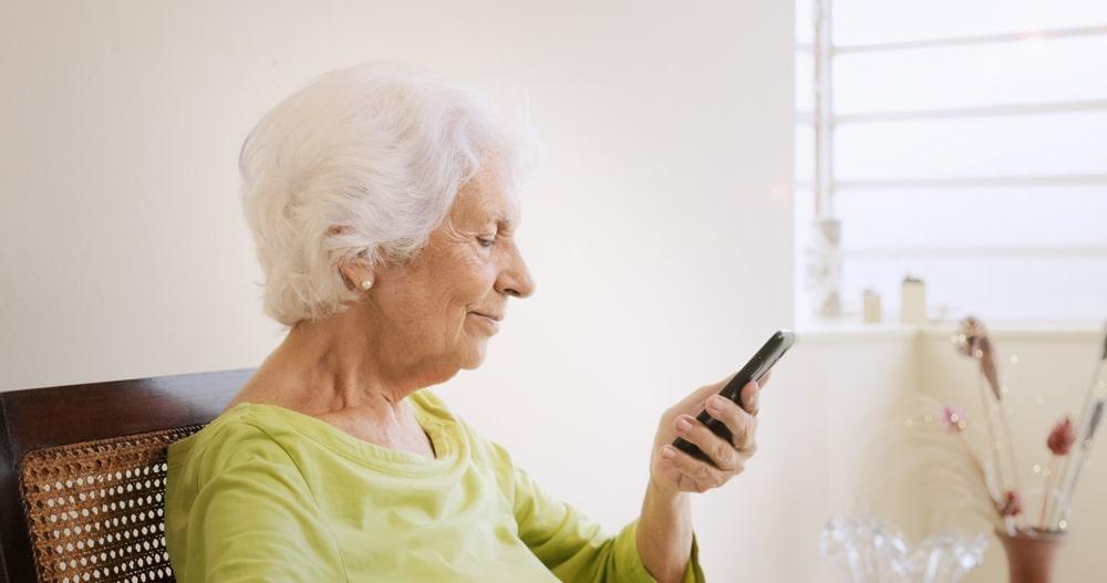 Donna anziana fa una videochiamata