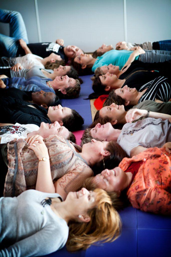 Persone che fanno Yoga della risata