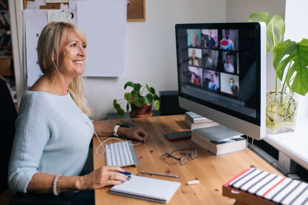 Over 50 che usa Zoom per collegarsi con altre persone