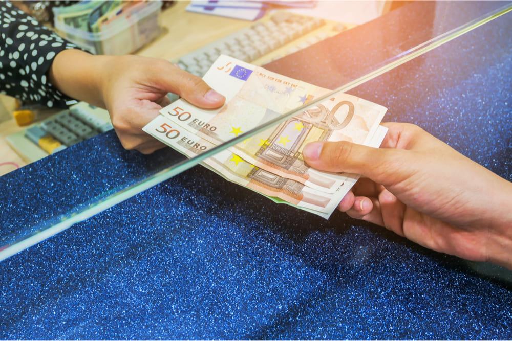 Riscossione di banconote alla posta