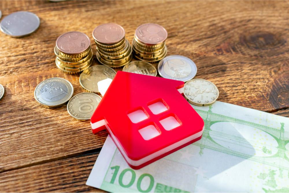 Simbolo della casa su banconote in euro