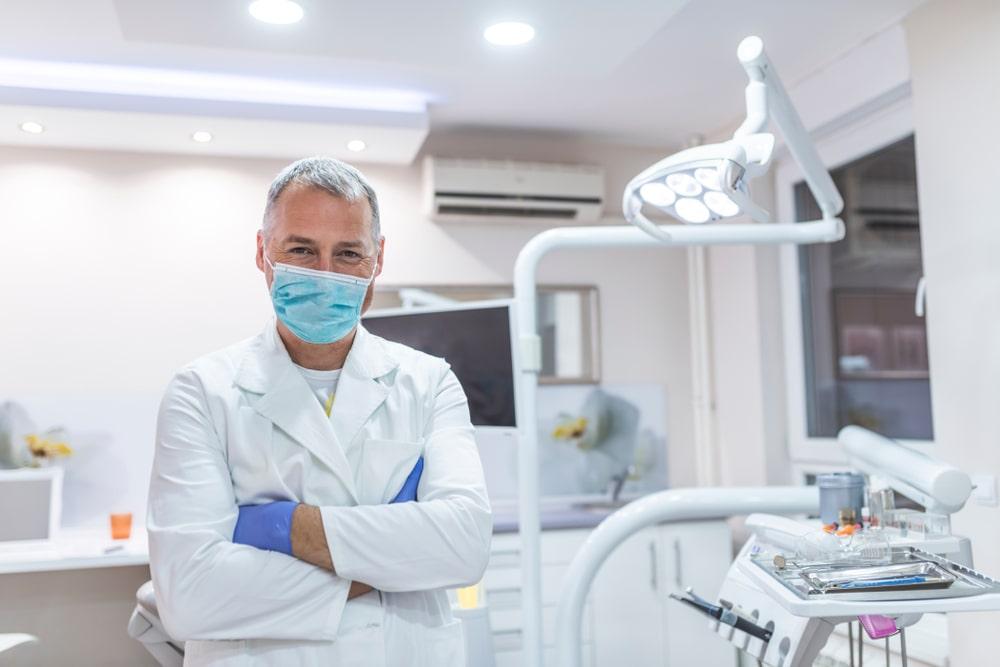 dentista nel suo studio