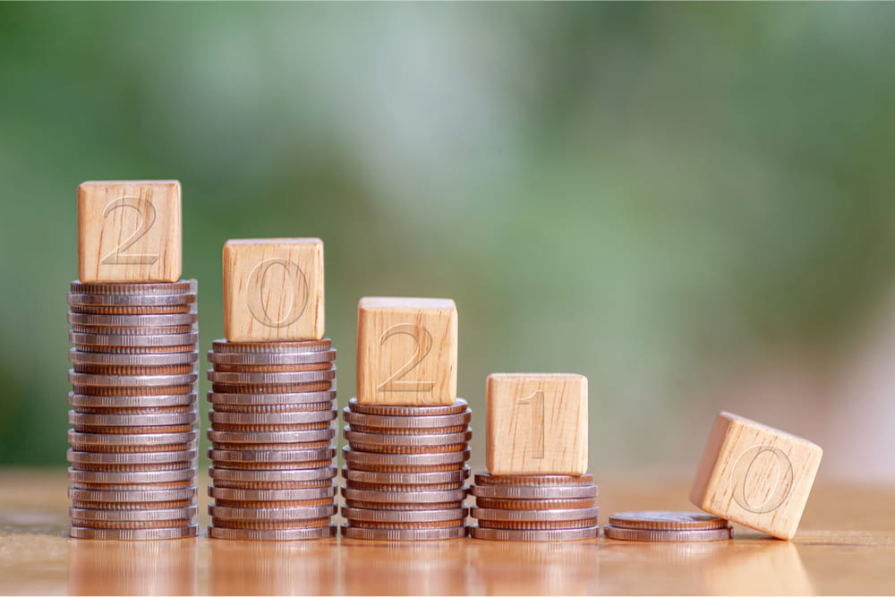 pile di monete con indicato il 2021