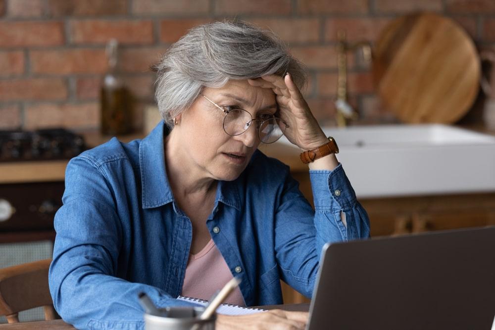 Donna senior stressata davanti al computer