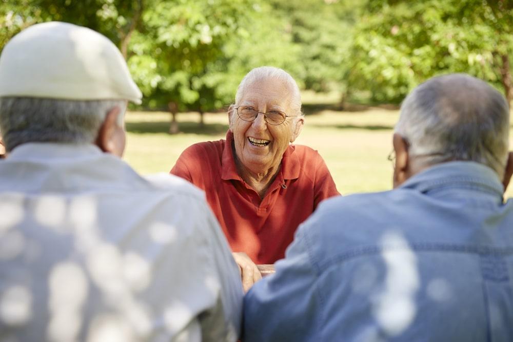 Tre amici senior che sorridono