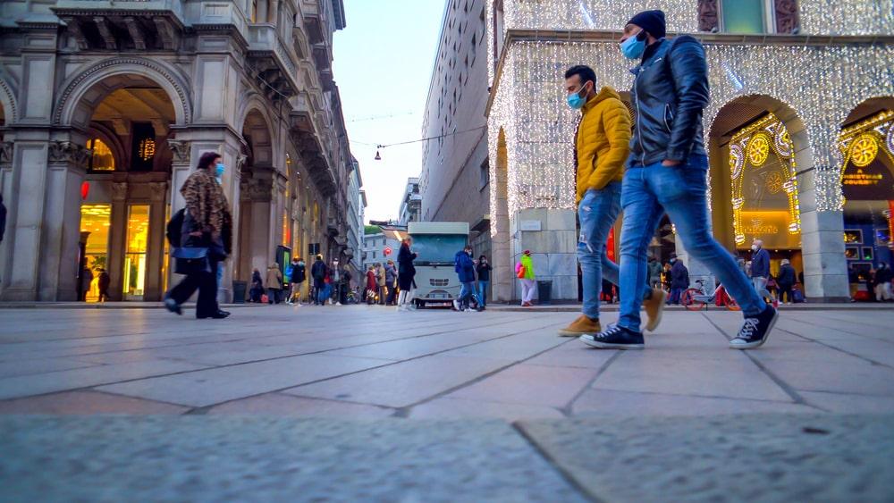 Città con persone che circolano con mascherina