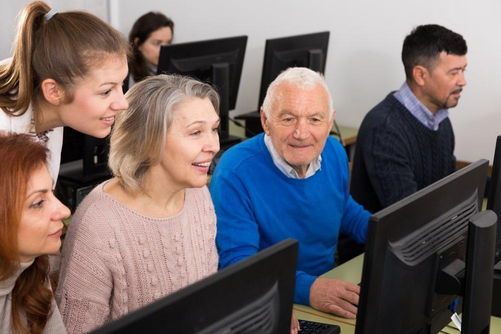 Senior che acquisiscono competenze digitali