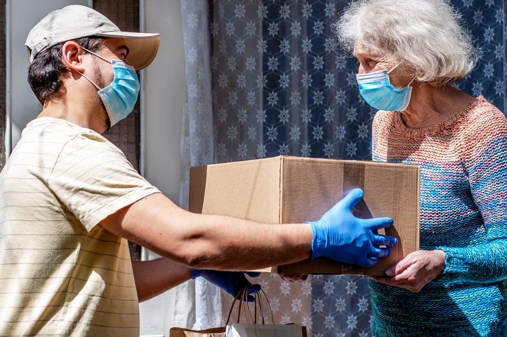 Donazione di un pacco tra giovane e anziana