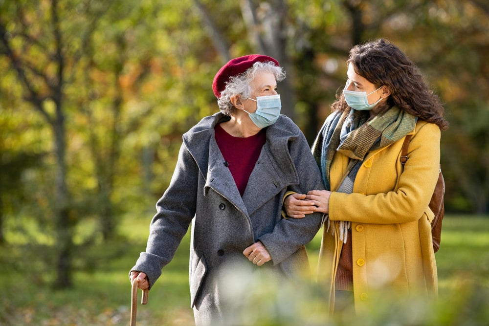 Nonna e nipote camminano con mascherina al parco