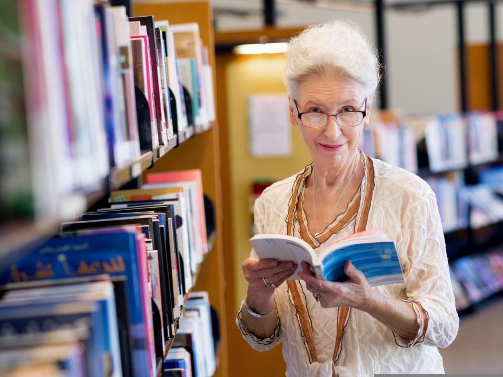 Donna over 50 che legge