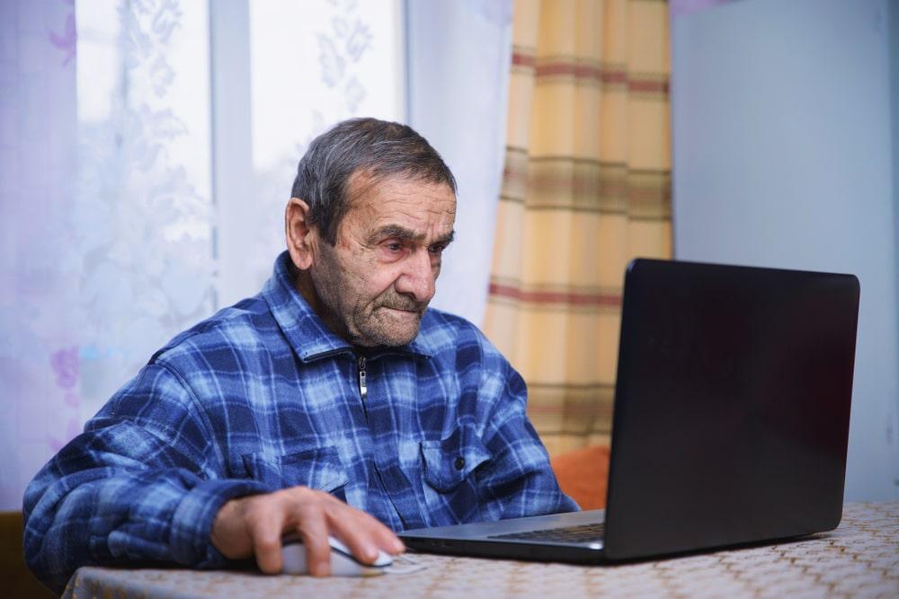 Senior con computer