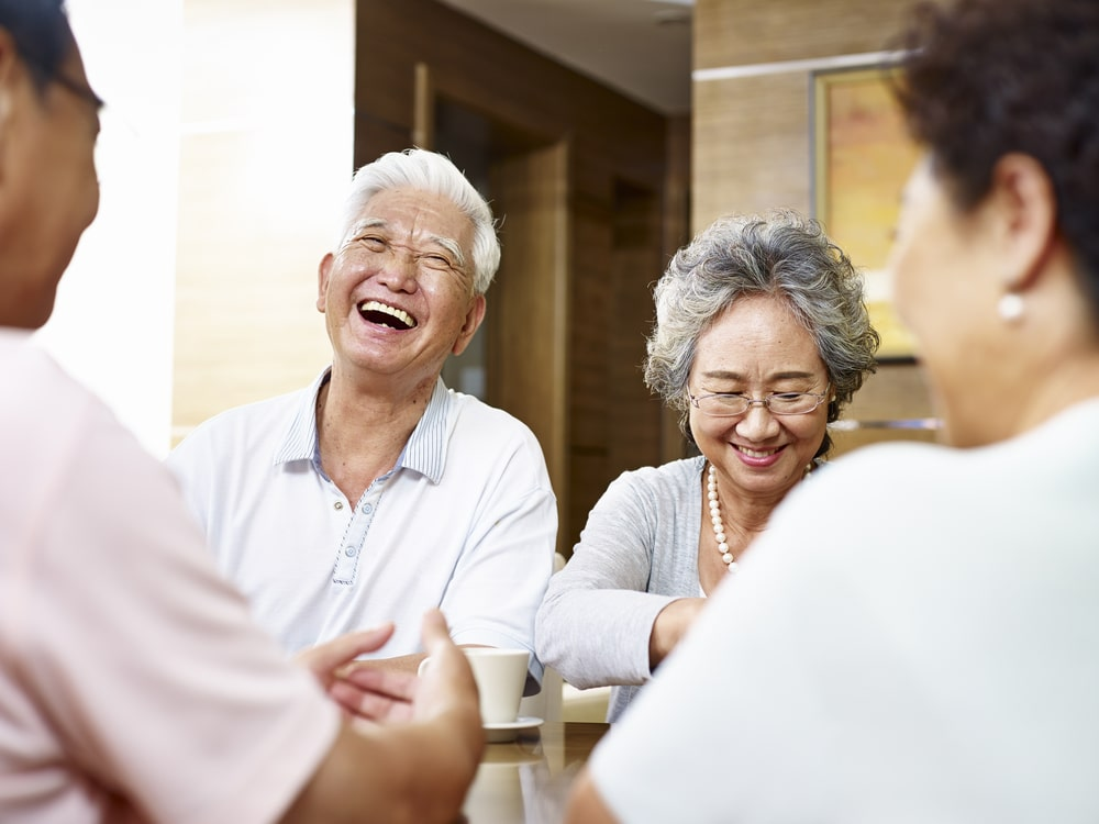 Senior cinesi che ridono