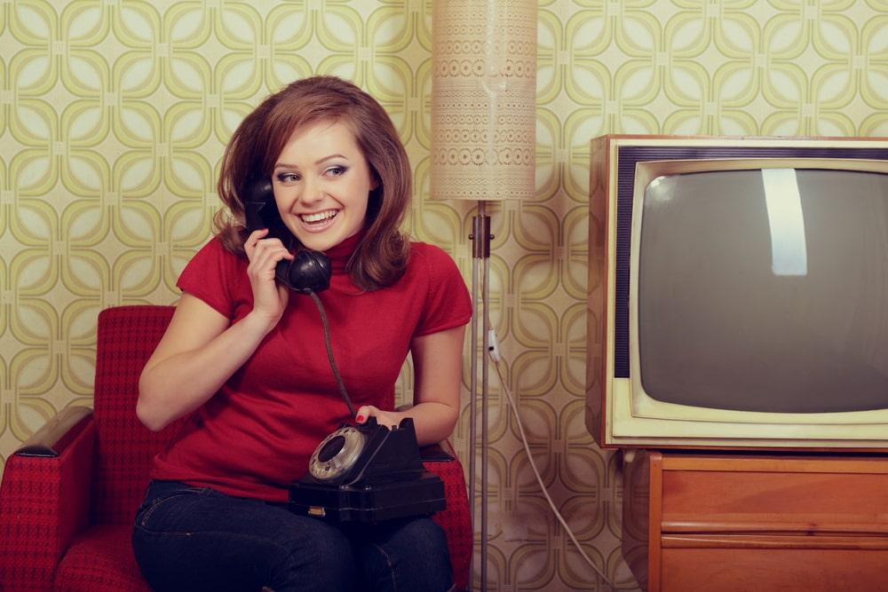 Donna al telefono in stile vintage