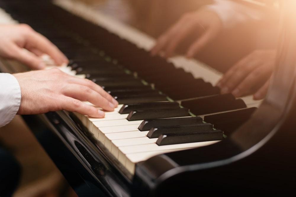 Mani di giovane pianista