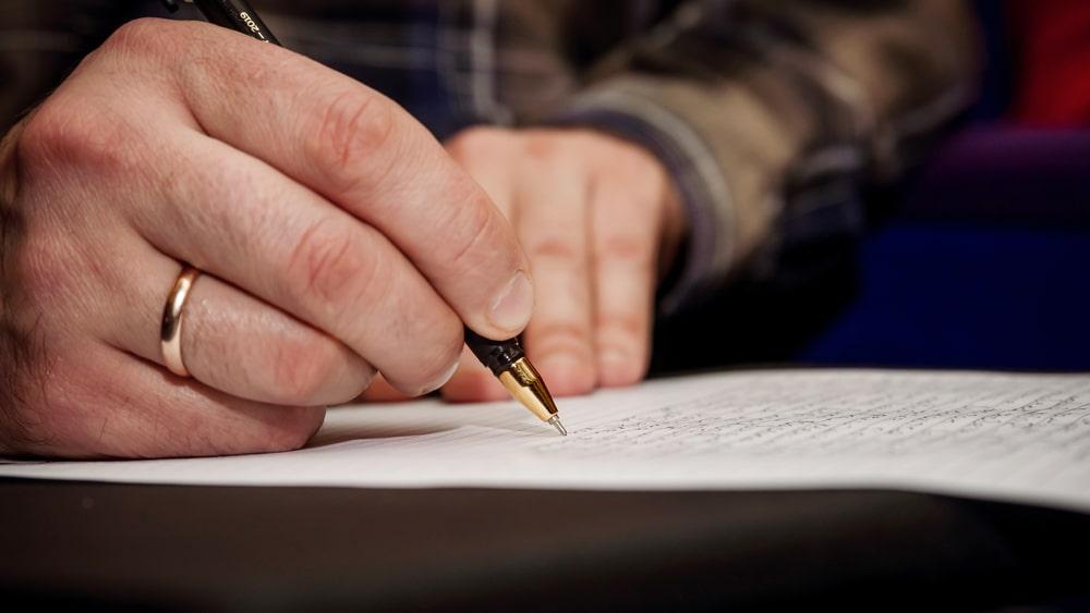 Mani che scrivono una lettera