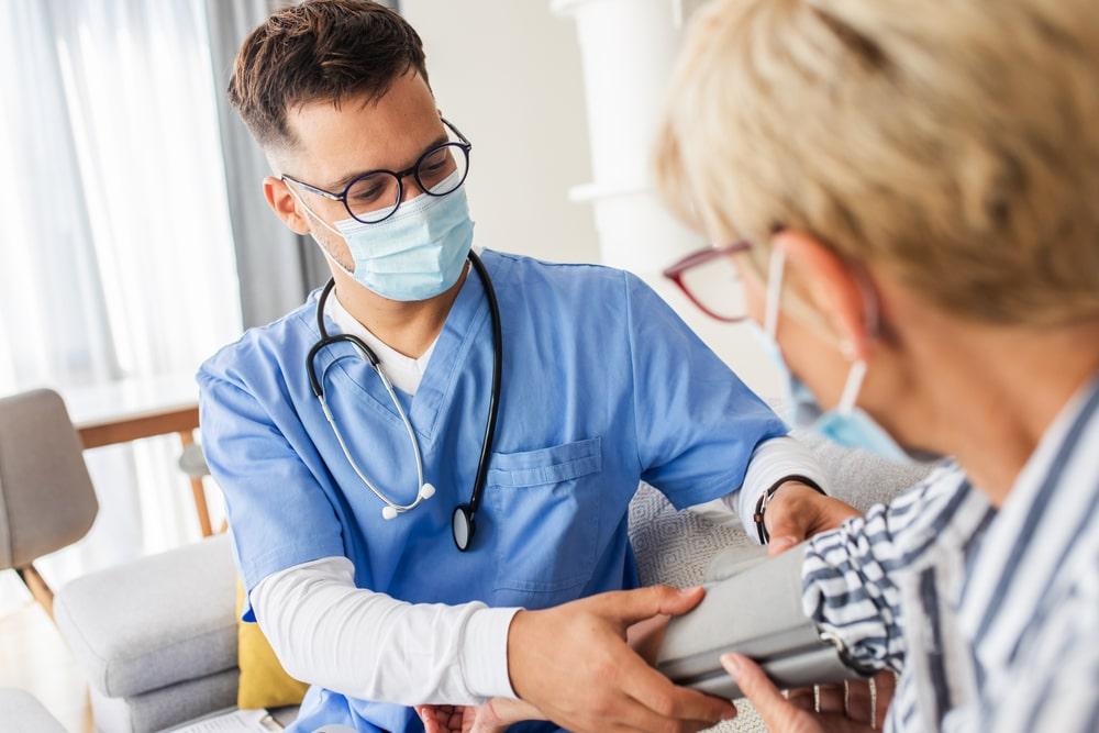 Operatore sanitario con paziente