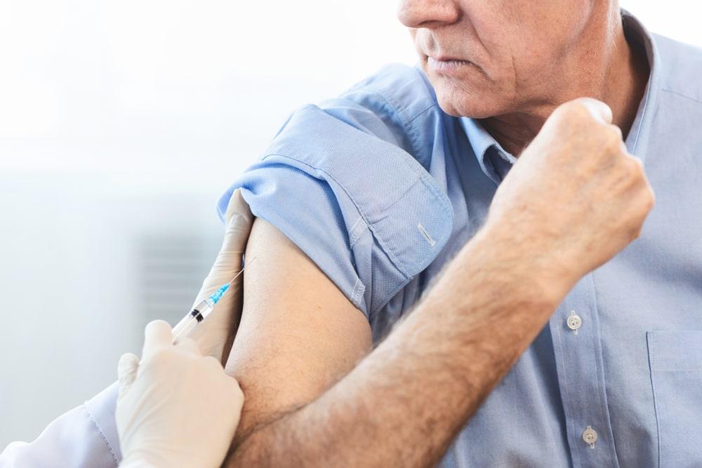 Uomo che sta per essere vaccinato