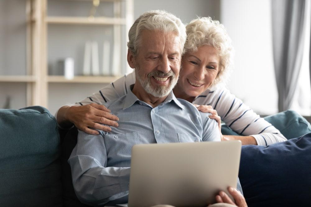 coppia che guarda incontro online