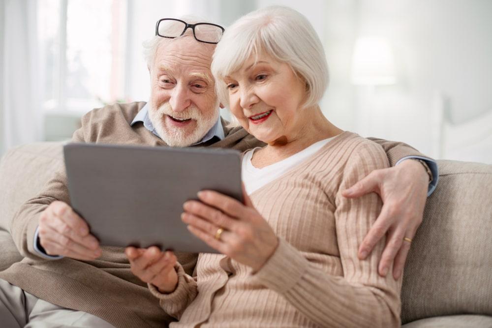 anziani lieti al computer