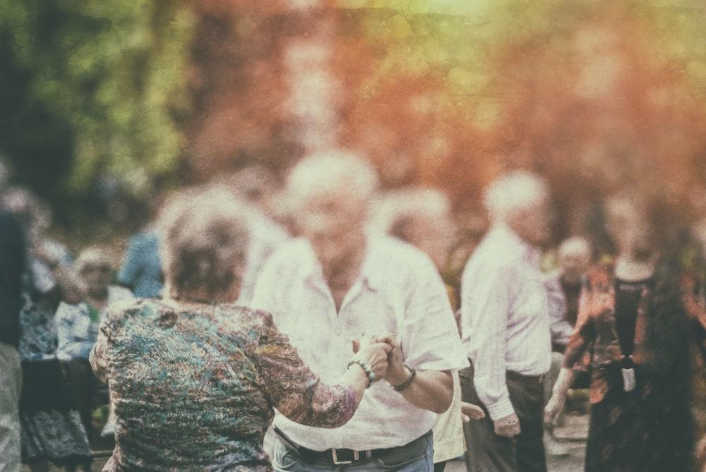 Un gruppo di anziani che balla