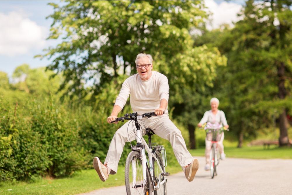 Senior divertito sulla bici