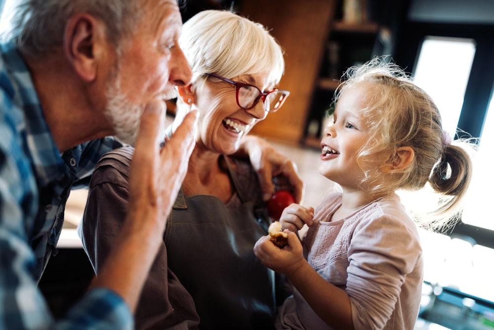 Una coppia di nonni con la nipote