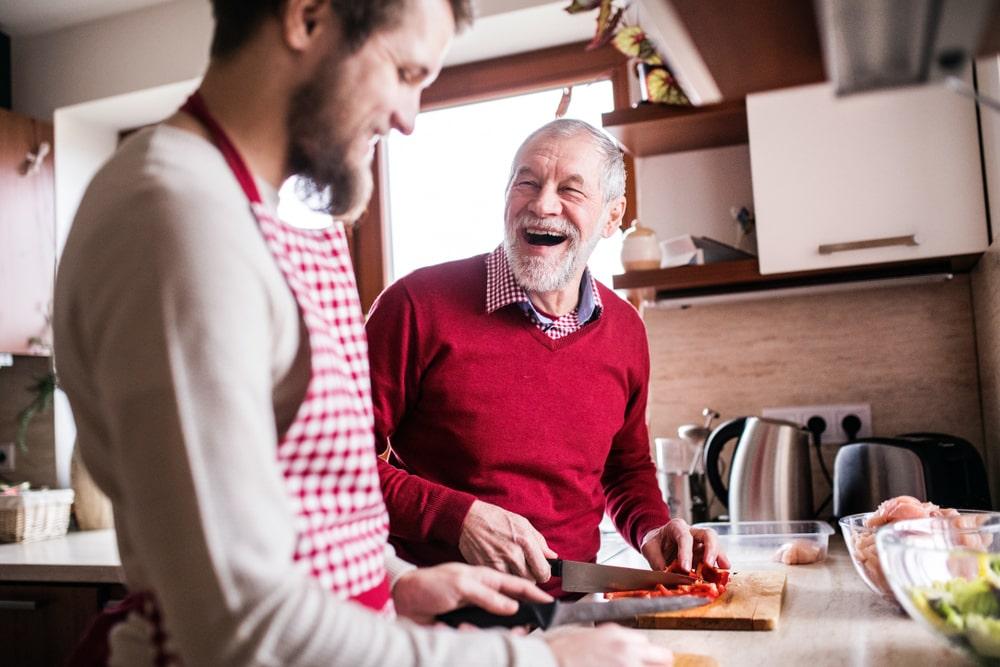 Un uomo e un ragazzo cucinano insieme