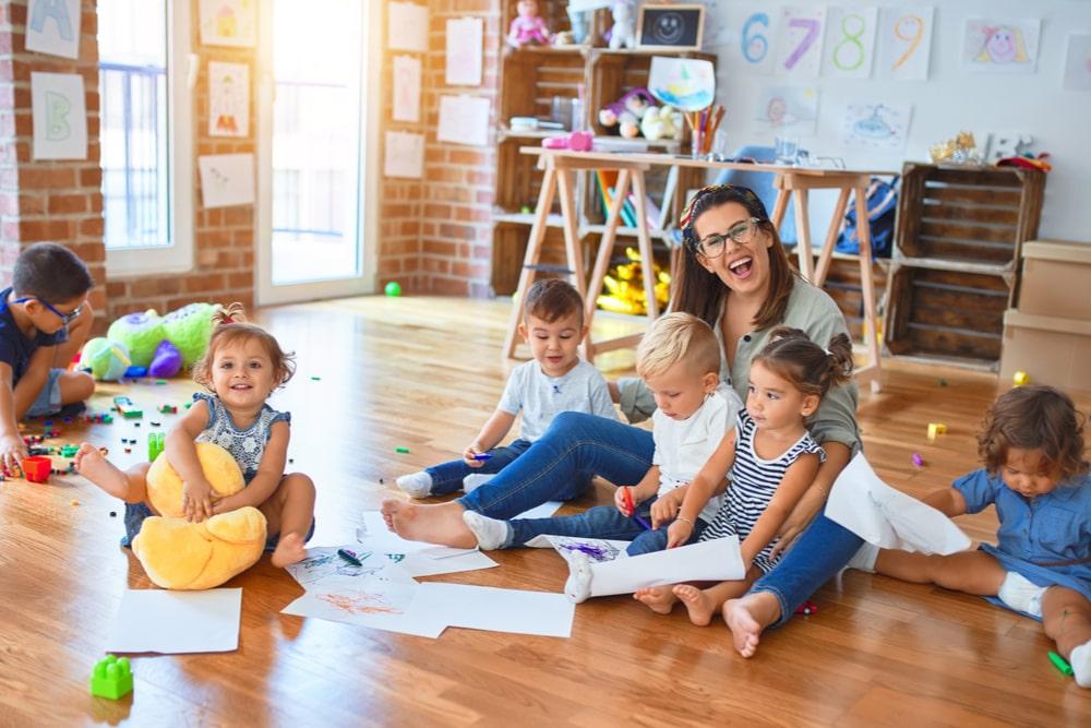 Bambini a scuola con una maestra