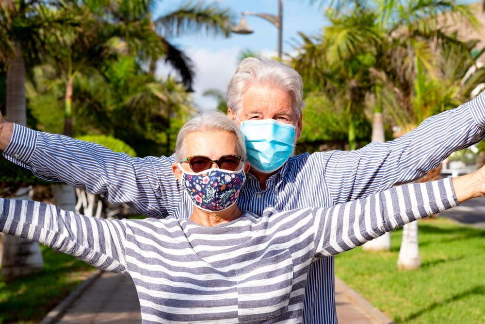 Due senior felici con la mascherina
