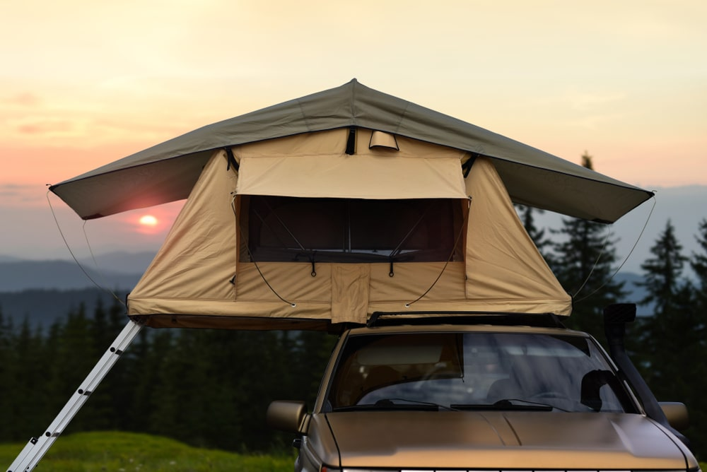 Una tenda sul tettuccio dell'auto