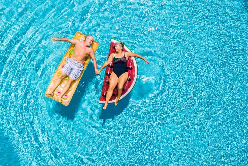 Due senior in piscina