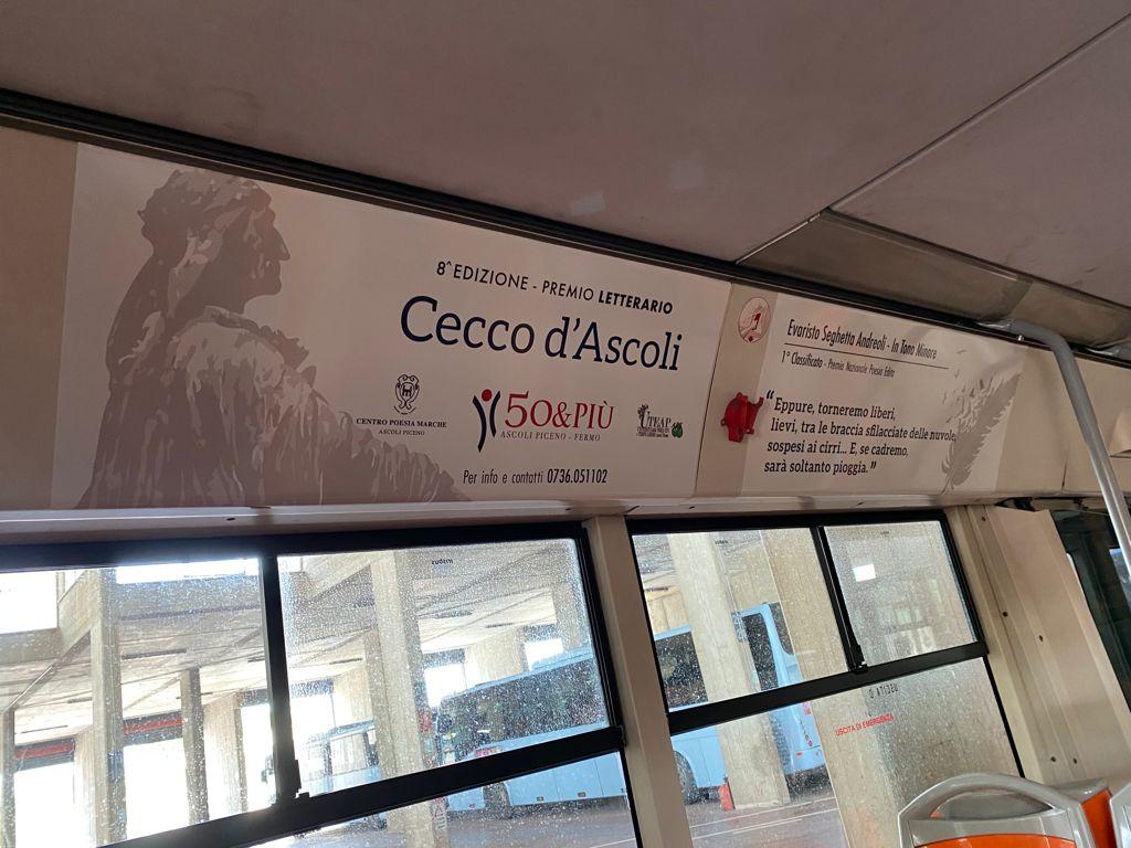 Autobus di Ascoli con i versi del Premio Cecco d'Asoli