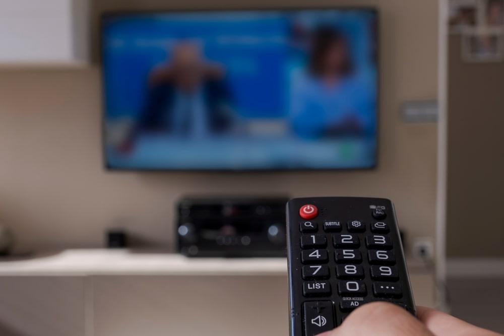 Un telecomando e un televisore