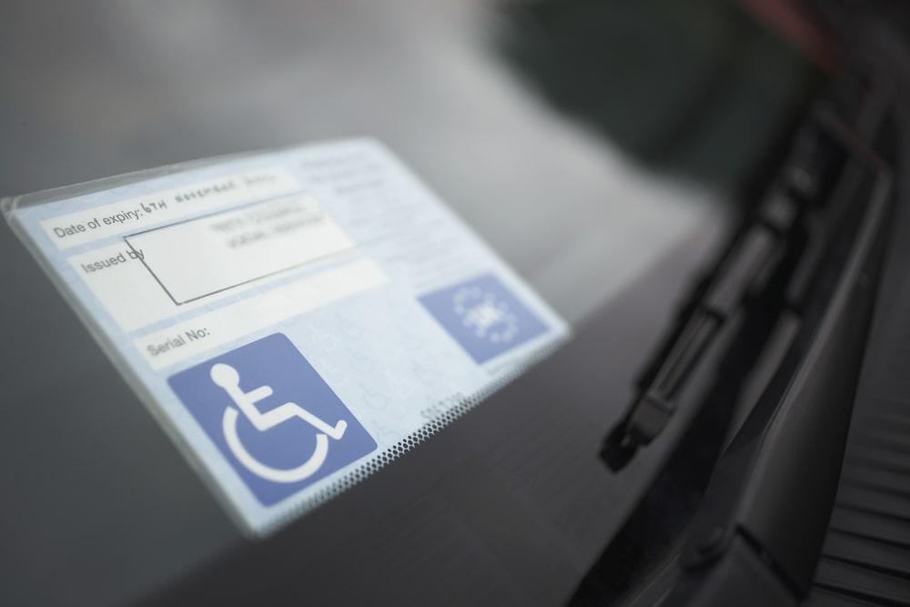 Tesserino disabilità auto