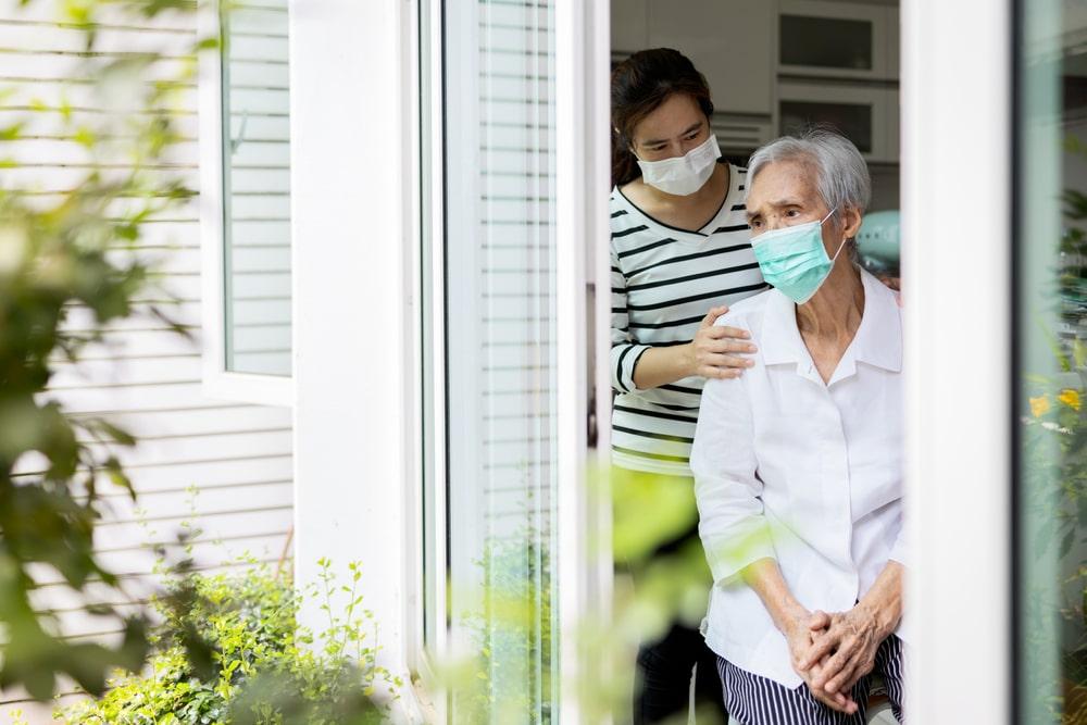 Una donna si prende cura di una senior