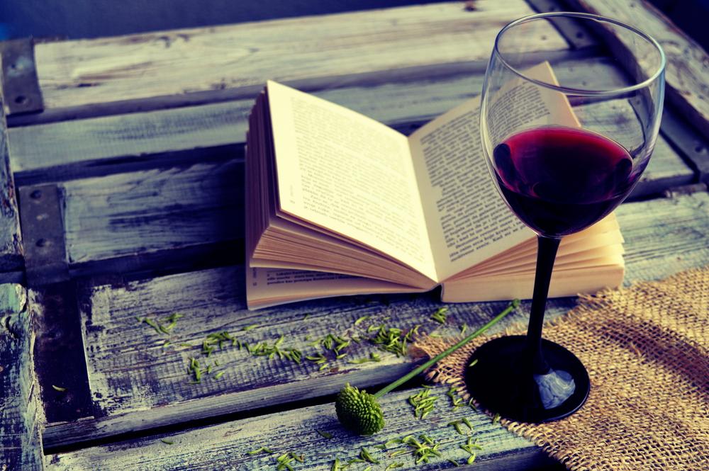 Calice di vino con libro