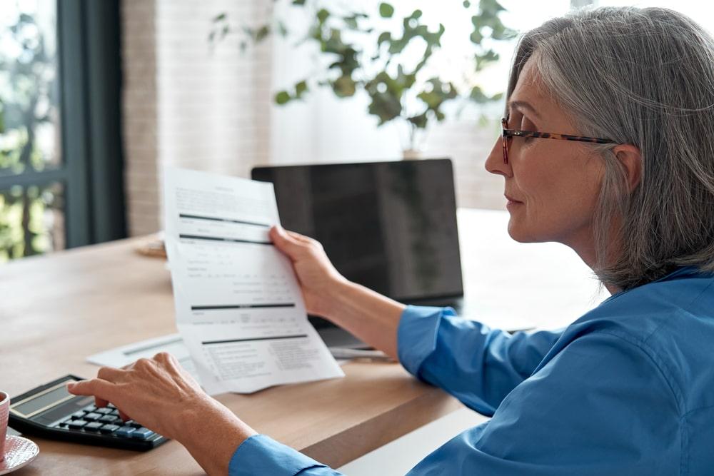 Una donna controlla i conti della pensione