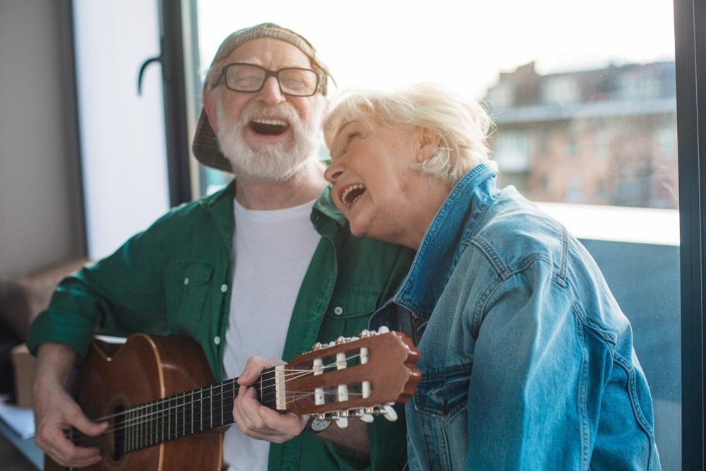 Due senior che cantano insieme