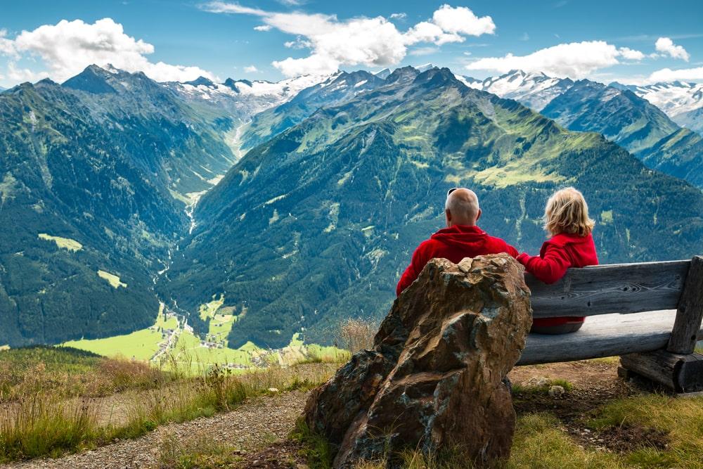 Due senior su una panchina in montagna