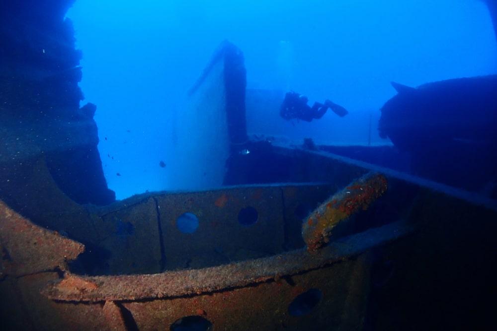 Un esploratore in fondo al mare