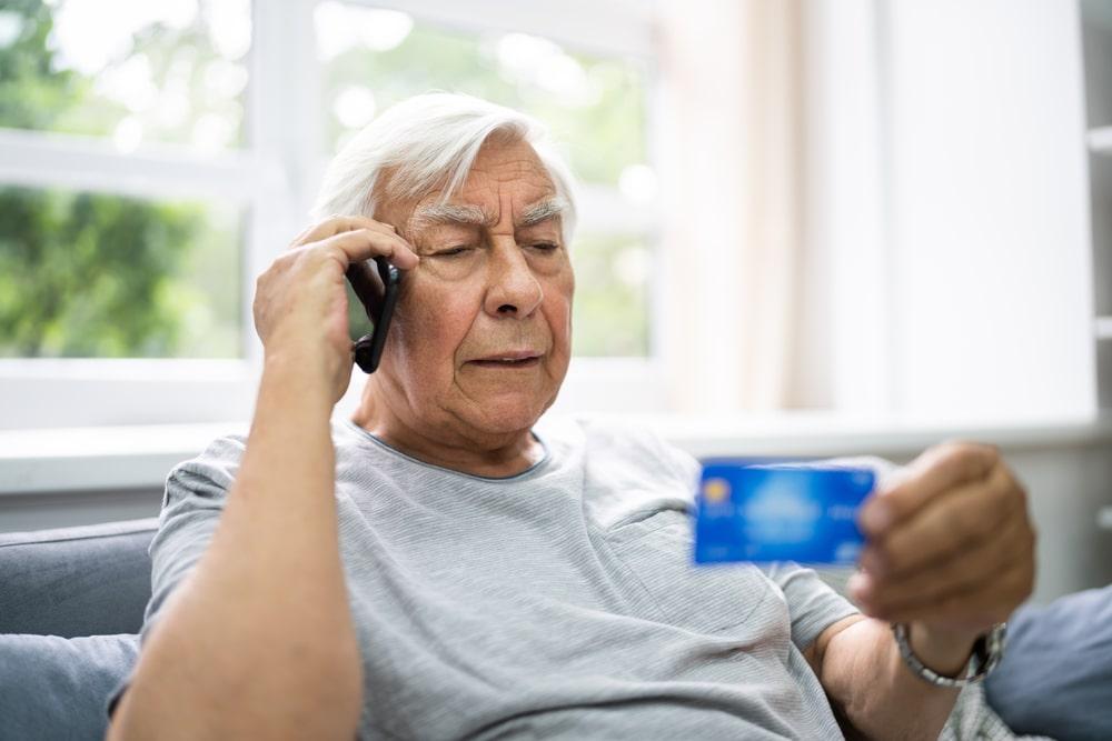 Un uomo controlla la carta di credito