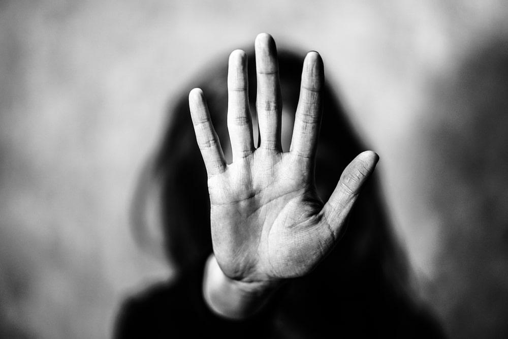 Una donna con una mano alzata