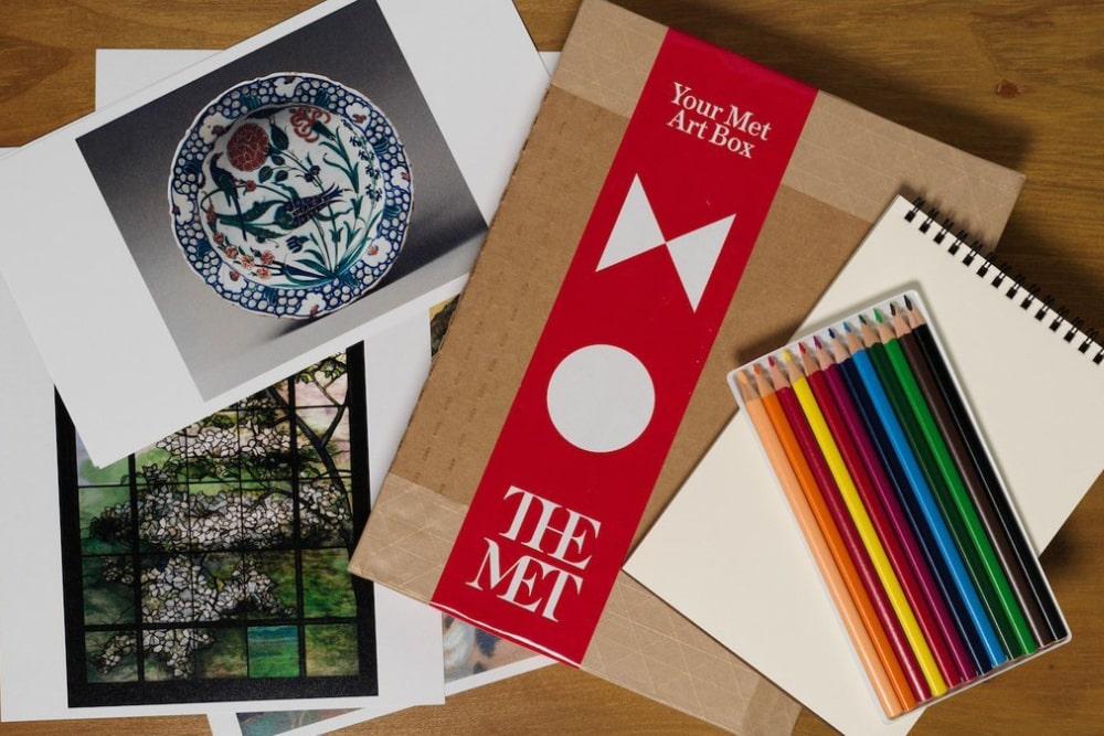 La scatola d'arte inviata dal MET agli anziani